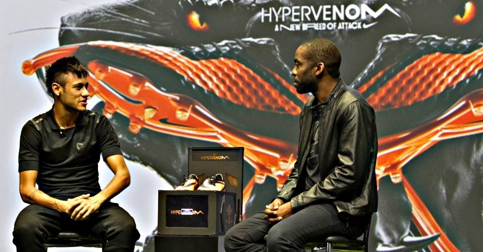 28.05.2013 - Neymar conversa com o ator Lázaro Ramos em evento que serviu para promover a nova chuteira do camisa 11 da seleção brasileira
