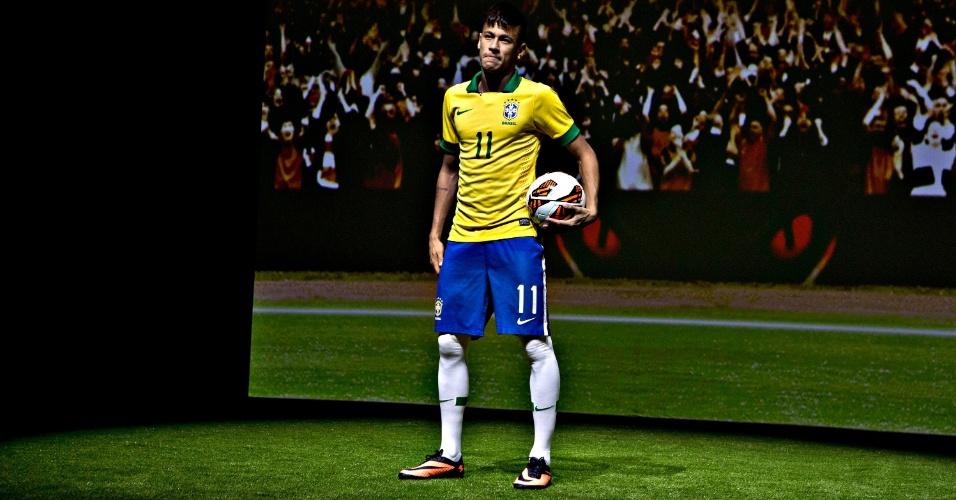 28.05.2013 - Neymar faz pose no evento em que apresentou uma nova chuteira, que ele usará pela seleção brasileira na Copa das Confederações