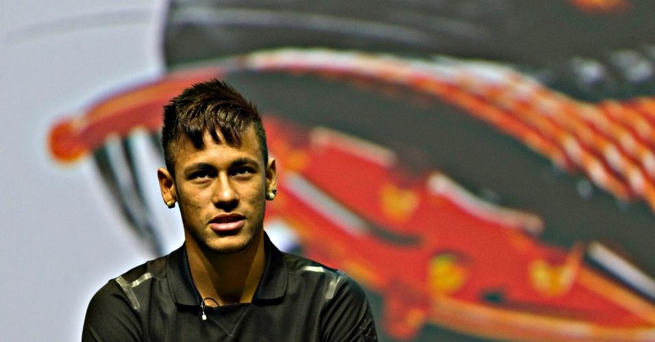 28.05.2013 - No evento que marcou o lançamento de sua nova chuteira, no Rio de Janeiro, Neymar conversou com o ator Lázaro Ramos para promover o material