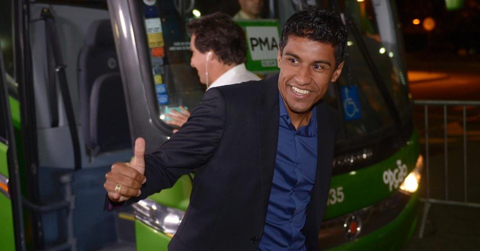 28.05.2013 - Paulinho sorri em sua chegada à seleção brasileira, que está concentrada no Rio de Janeiro, onde iniciará sua preparação para a Copa das Confederações