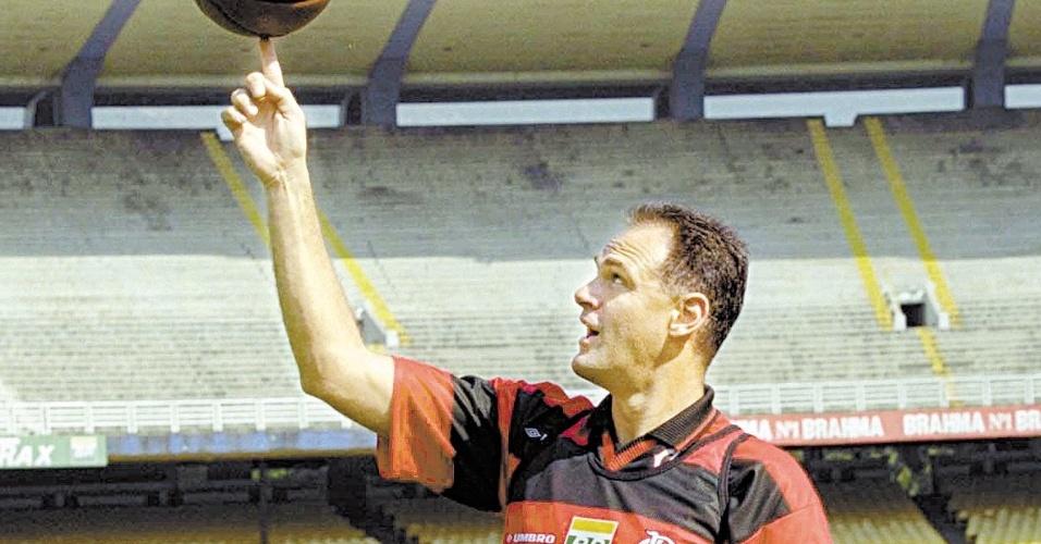 02.set.1999 - Oscar Schmidt se diverte com a bola ao ser apresentado no Maracanã como novo reforço do time de basquete do Flamengo