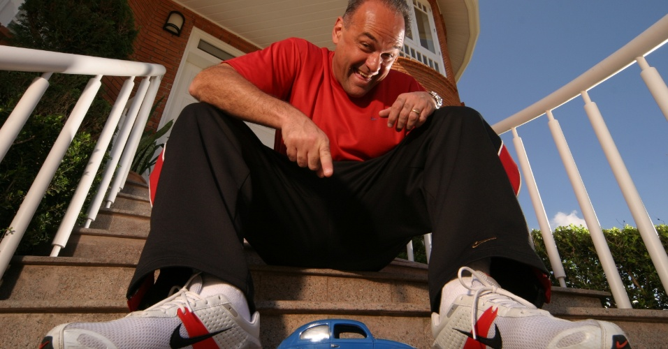 05.ago.2004 - Ex-jogador de basquete Oscar Schmidt concede entrevista em frente a sua casa, em Alphaville, SP