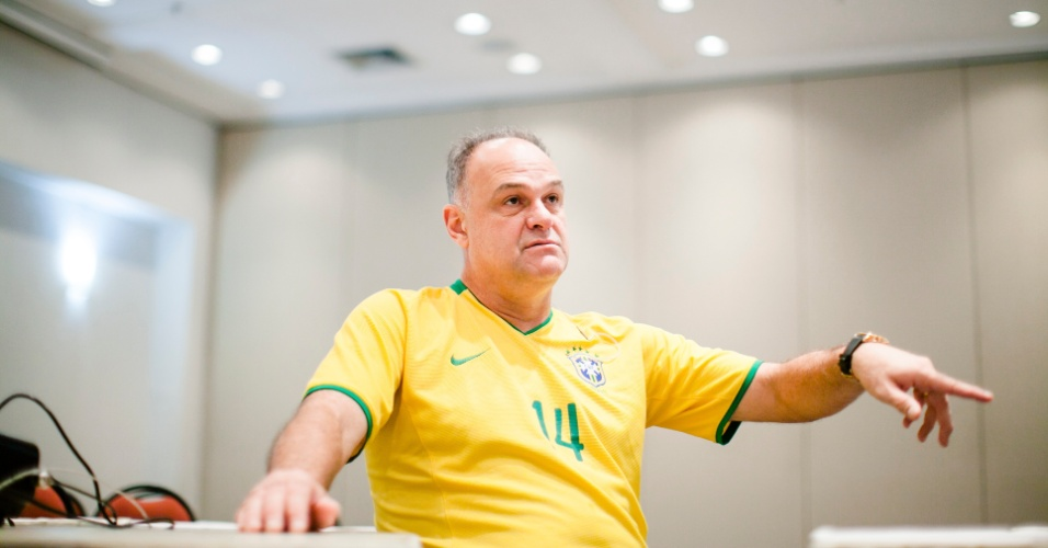 07.mar.2013 - Ex-jogador de basquete Oscar Schmidt concede entrevista após dar uma palestra em um hotel de Guarulhos (SP)