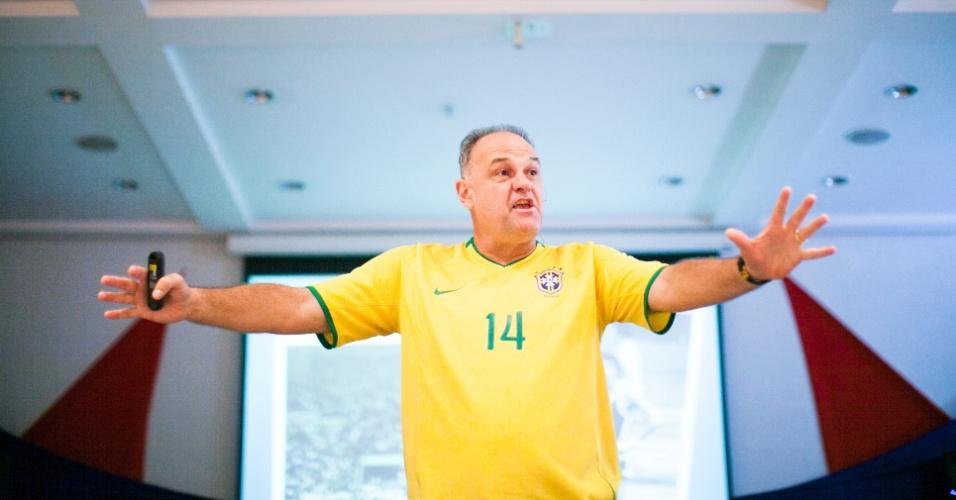 07.mar.2013 - Ex-jogador de basquete Oscar Schmidt dá uma palestra em um hotel de Guarulhos (SP)