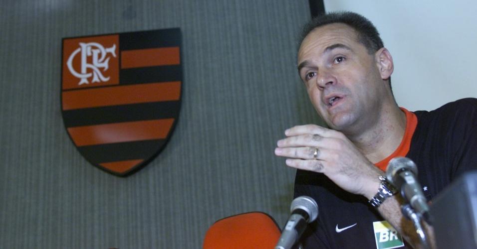 23.mai.2002 - Oscar Schmidt concede entrevista coletiva na sede do Flamengo. Clube carioca foi o último da carreira do ex-jogador de basquete