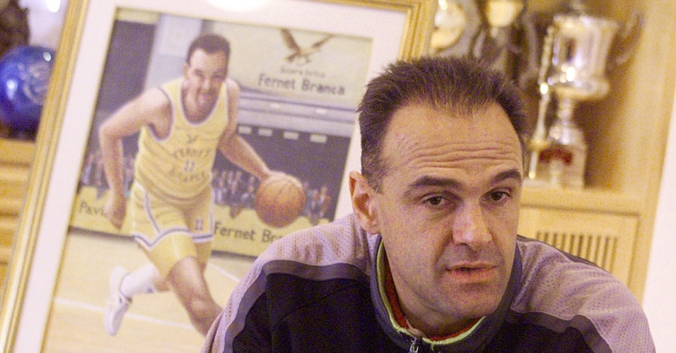 25.set.1999 - Ainda nos tempos de jogador de basquete, Oscar Schmidt concede entrevista na sala de troféus de sua casa, em Alphaville (SP)