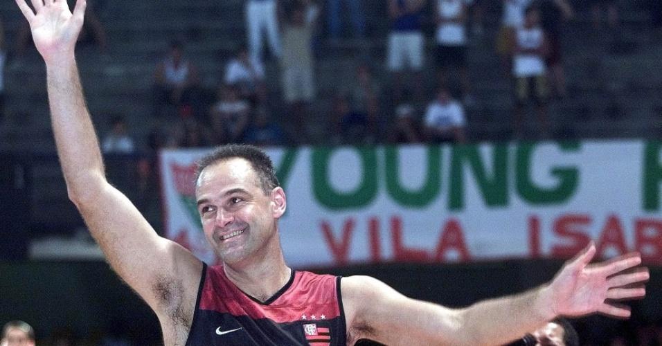 27.out.2001 - Oscar Schmidt acena para os torcedores após um jogo de basquete do Flamengo; o time carioca foi o último da carreira do