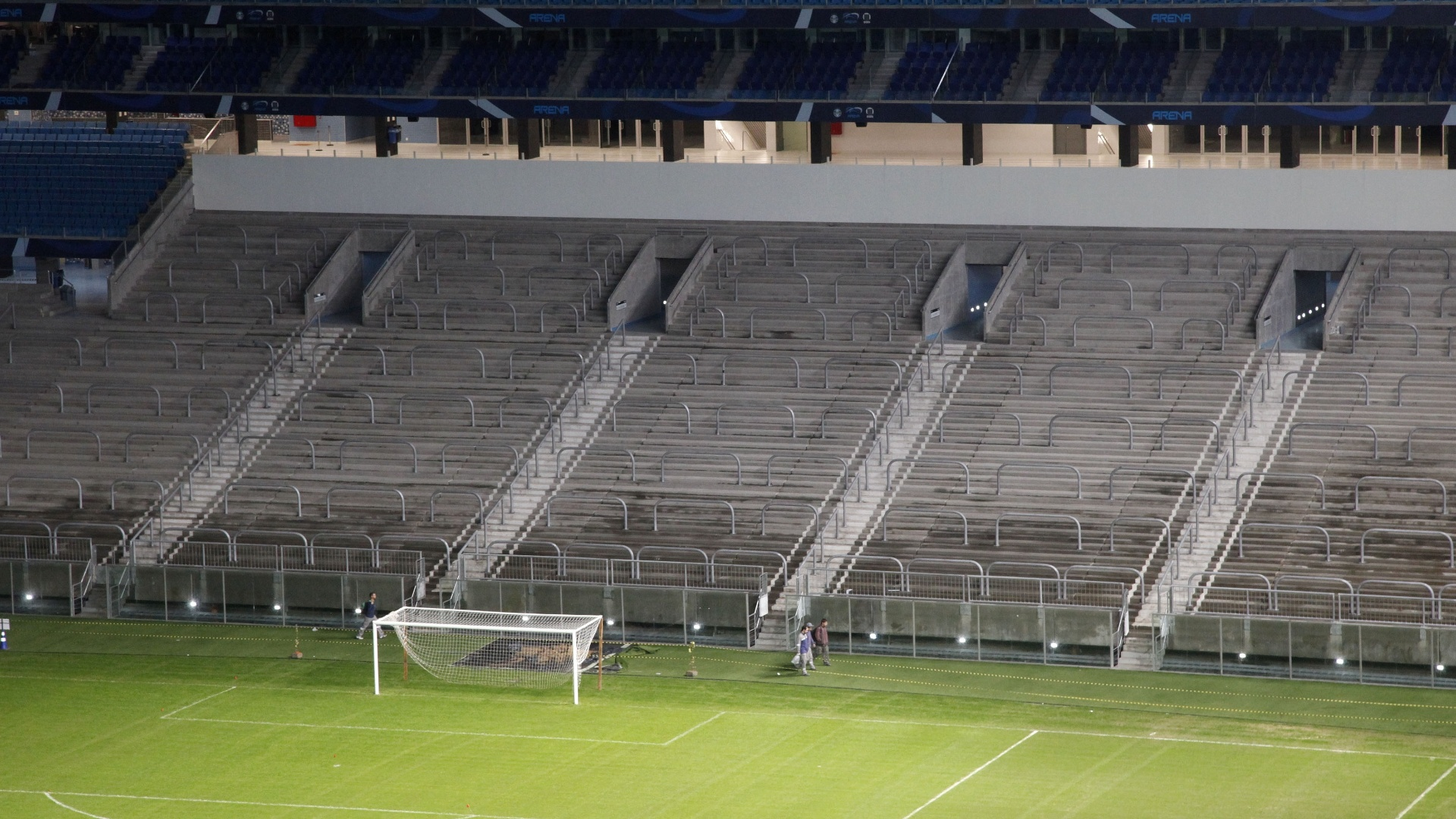 29. Mai 2013 - Arquibancada da Arena liberada após colocação de barreiras