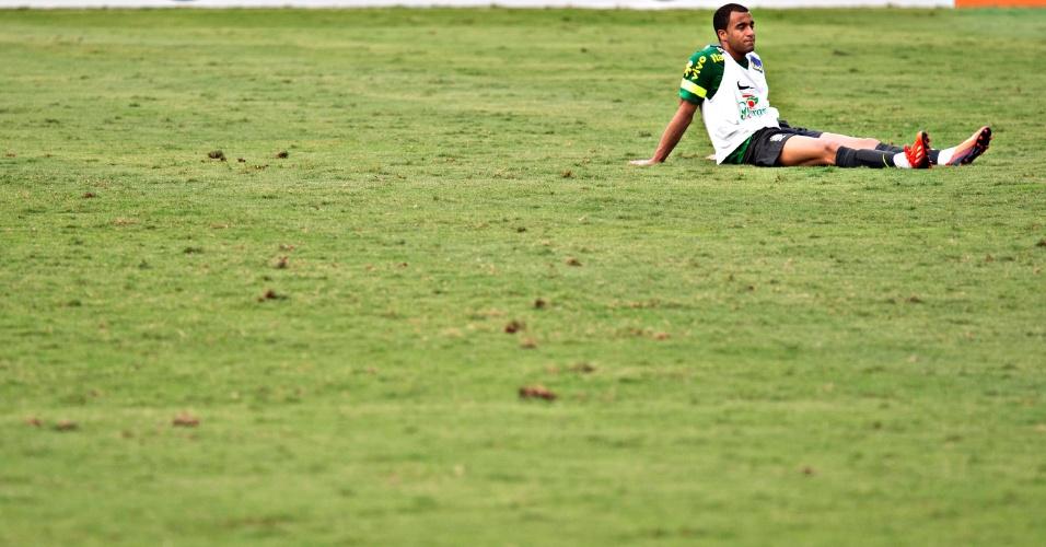 29.05.2013 - Detalhe de Lucas sozinho no gramado da Urca, no Rio de Janeiro, onde a seleção brasileira fez seu primeiro treino