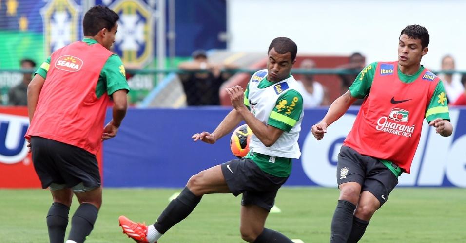 29.05.2013 - Jadson chuta a bola em cima de Lucas no primeiro treino da seleção brasileira no Rio de Janeiro