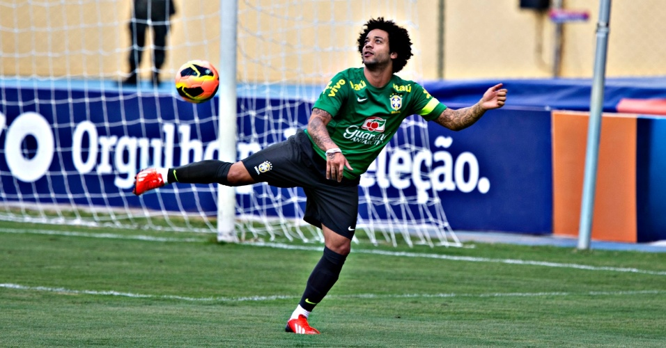 29.05.2013 - Marcelo, lateral da seleção, se estica para dominar uma bola durante o primeiro treino da seleção brasileira para a Copa das Confederações