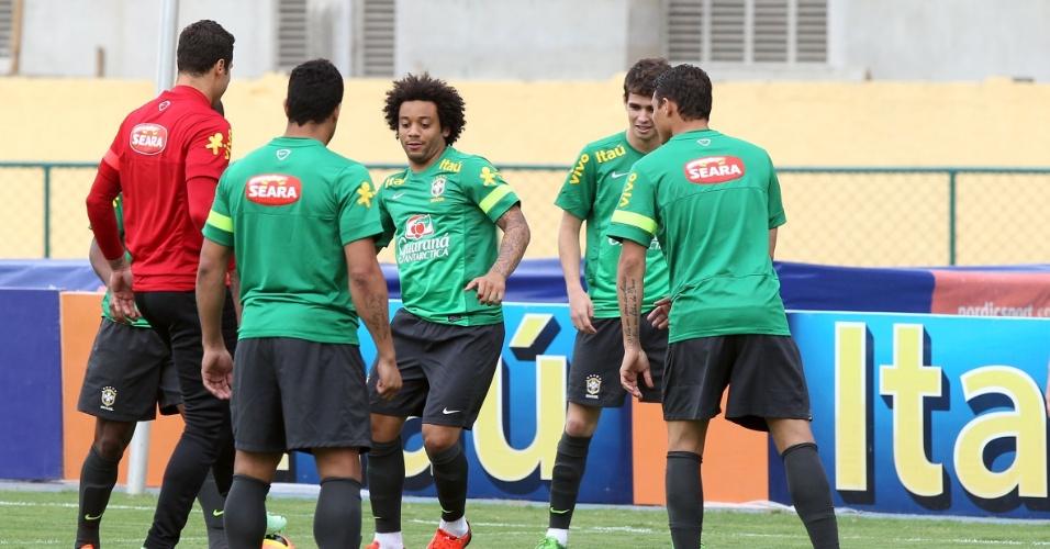 29.05.2013 - Marcelo participa de uma roda de bobinho com os companheiros de seleção no primeiro treino do time no Rio de Janeiro
