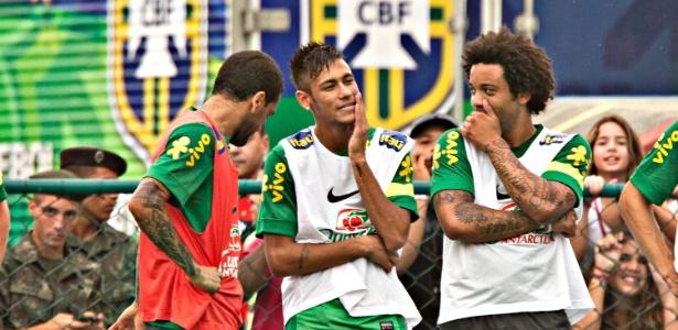 Neymar e Marcelo batem papo durante o primeiro treino da seleção brasileira  no Rio de Janeiro c313c973964f9
