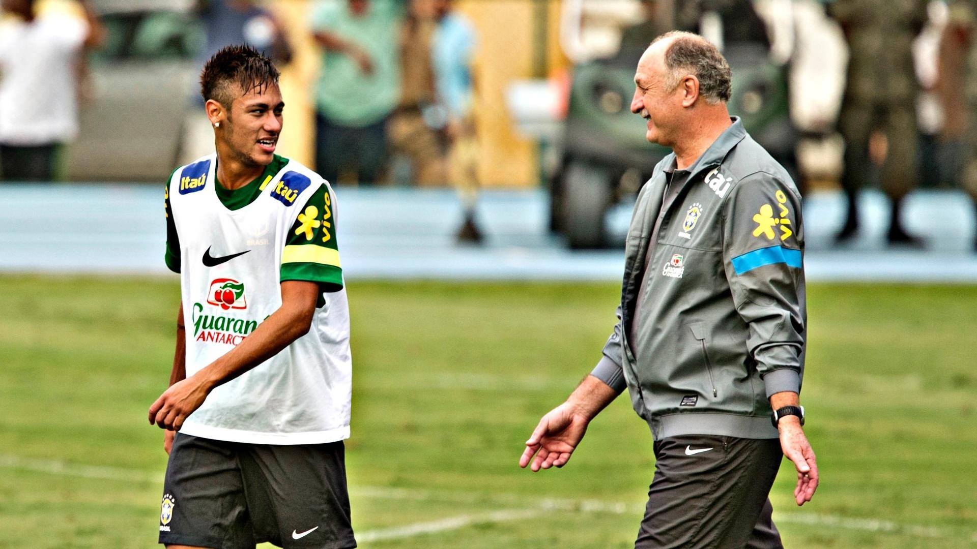29.05.2013 - Sorridente, Neymar conversa com o técnico Luiz Felipe Scolari no primeiro treino da seleção no Rio de Janeiro, na Urca