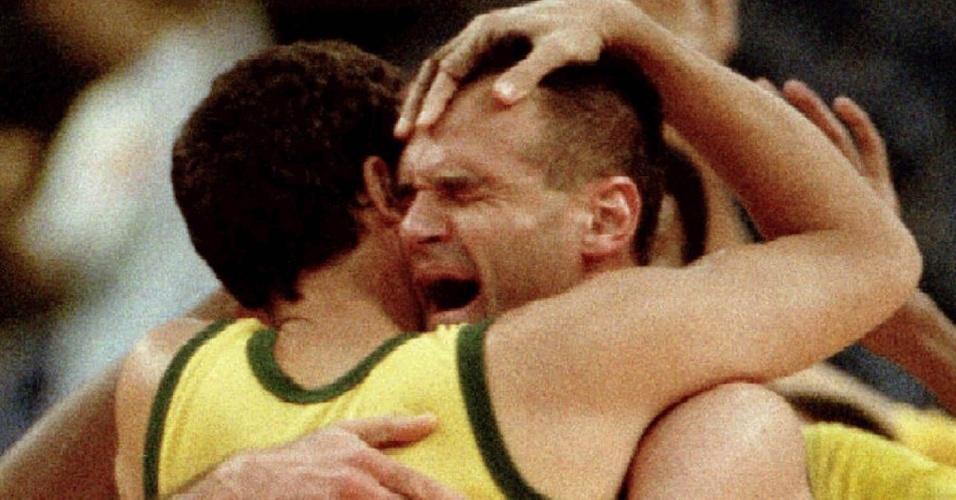 29.jun.1992 - Emocionado, Oscar Schmidt abraça o companheiro Marcel após vitória da seleção brasileira sobre o México no Torneio de Basquete das Ampéricas em Portland (EUA)