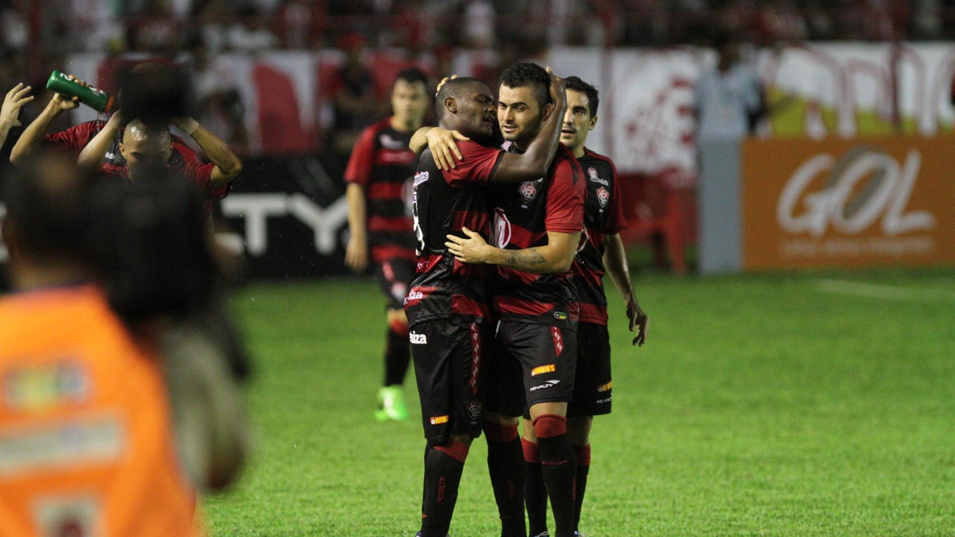 29.mai.2013 - Jogadores do Vitória comemoram gol de Edson Magal no triunfo por 3 a 0 sobre o Náutico, nos Aflitos, pela segunda rodada do Brasileirão