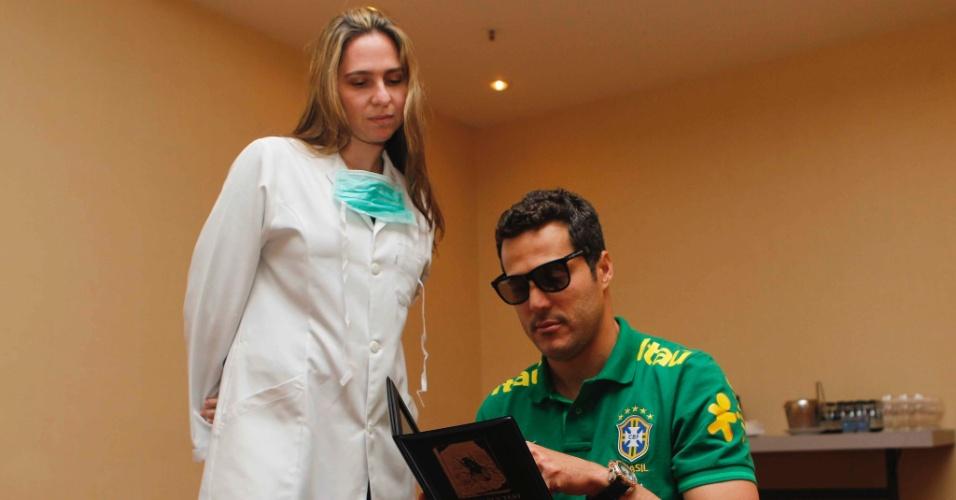 29.mai.2013 - Julio Cesar passa por exame oftalmológico no primeiro dia de preparação da seleção