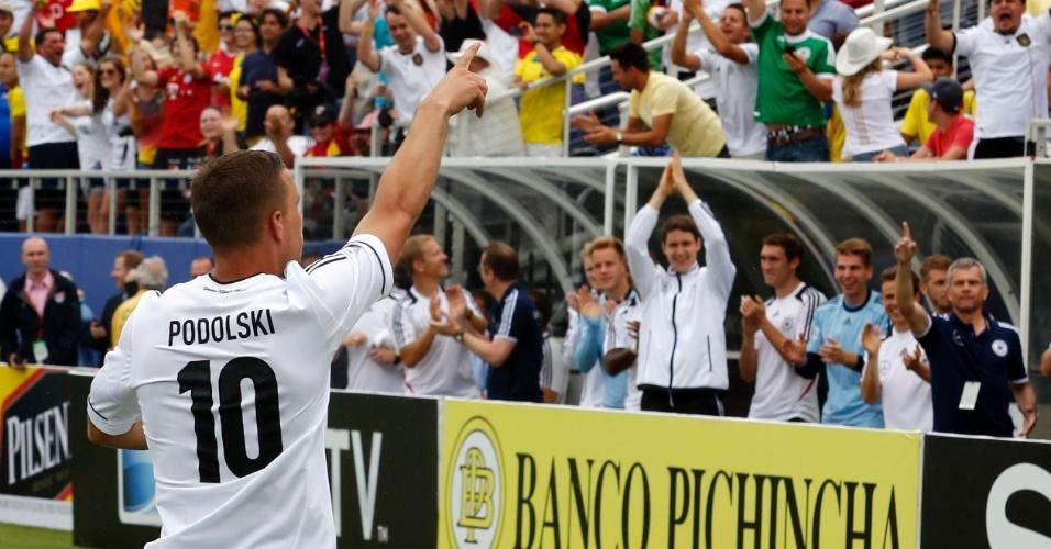 29.mai.2013 - Lukas Podolski dedica seu