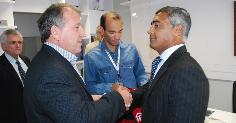 29.mai.2013 - O ex-jogador Zico (à esq.) esteve nesta quarta-feira em Brasília.