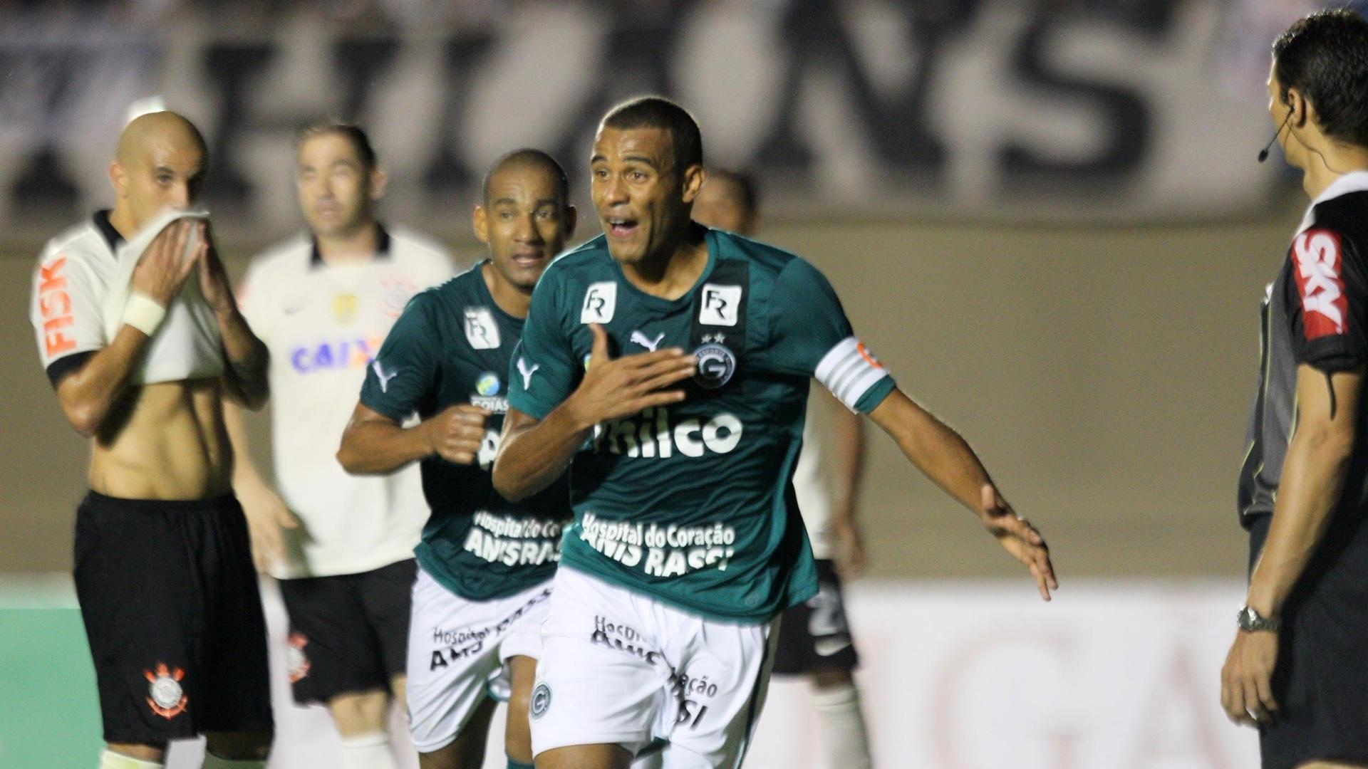 29.maio.2013 - Corintianos se lamentam, enquanto Ernando, zagueiro do Goiás, comemora gol da equipe no Serra Dourada