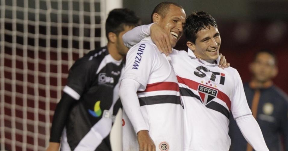 29.maio.2013 - Luis Fabiano abraça Aloísio após gol do São Paulo na vitória por 5 a 1 sobre o Vasco, no Morumbi