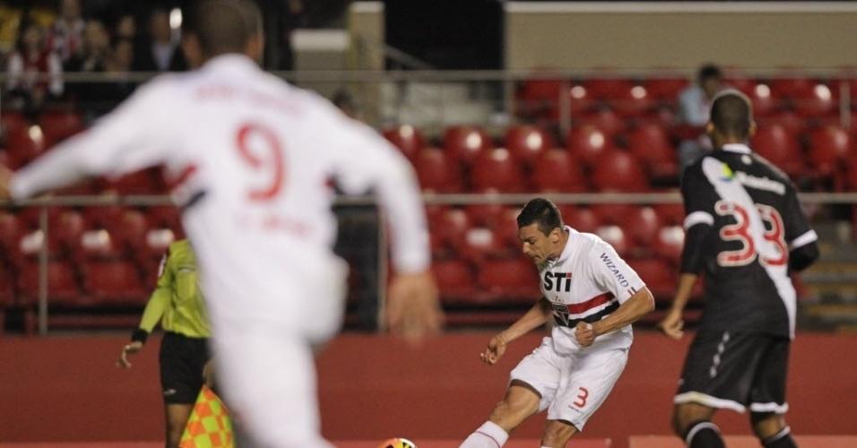 29.maio.2013 - Luis Fabiano, atacante do São Paulo, aguarda cruzamento de Lúcio durante a goleada por 5 a 1 sobre o Vasco