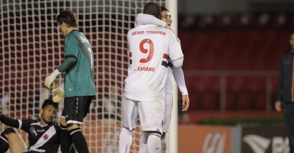 29.maio.2013 - Luis Fabiano e Aloísio se abraçam na comemoração do último gol do São Paulo na vitória por 5 a 1 sobre o Vasco, no Morumbi