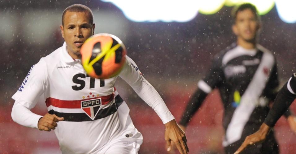 29.maio.2013 - Luis Fabiano escapa da marcação e tenta dominar a bola em jogo contra o Vasco no Morumbi