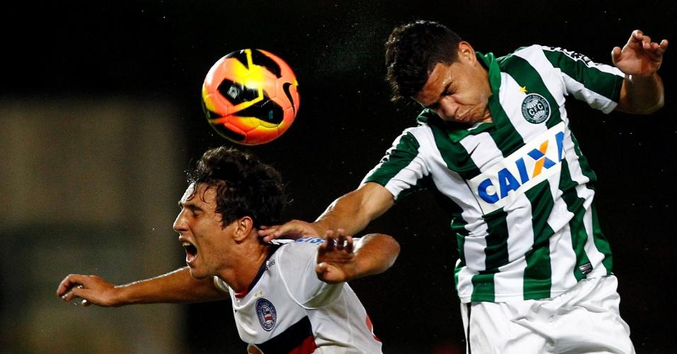 29.maio.2013 - Ryder, do Bahia, disputa a bola pelo alto com jogador do Coritiba, durante empate por 0 a 0 em Pituaçi
