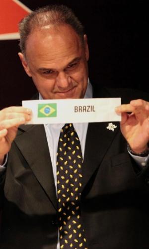30.abr.2012 - Ex-jogador Oscar Schmidt tira o papel do Brasil durante sorteio para os grupos de basquete dos Jogos Olímpicos de Londres