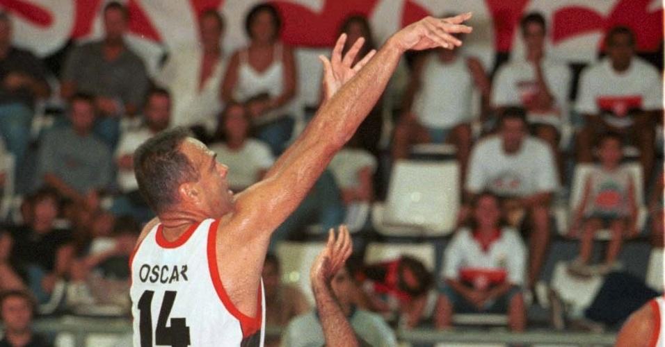 30.jan.2000 - Oscar Schmidt faz um arremesso durante jogo do Flamengo contra o Casa Branca pelo Nacional de basquete