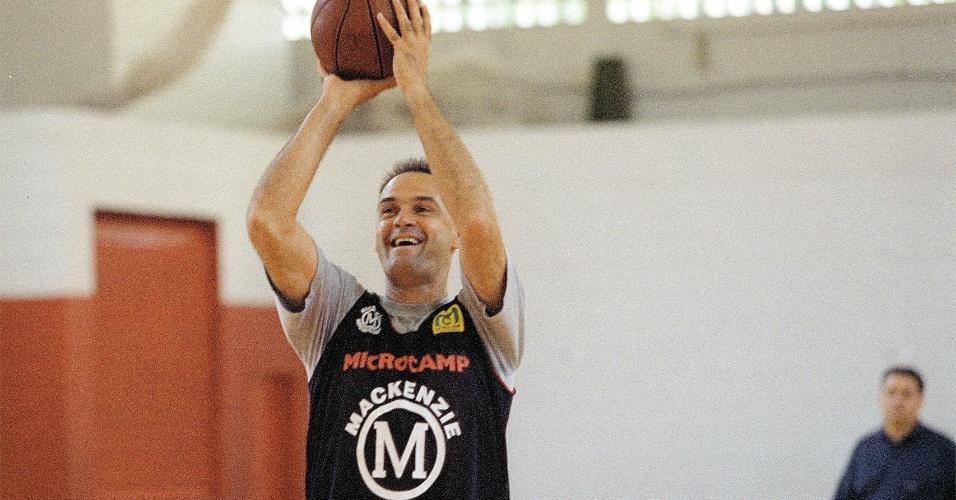 Em foto de 1998, Oscar Schmidt faz sessão de lances livres durante treino do Mackenzie em Barueri