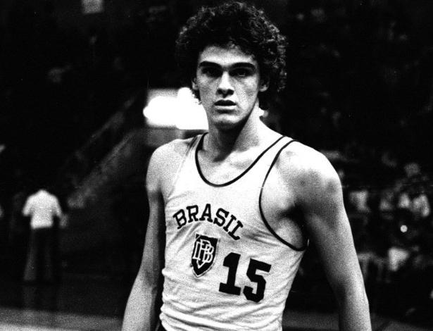 Foto de arquivo do jogador de basquete Oscar Schmidt no início de carreira, em 1975