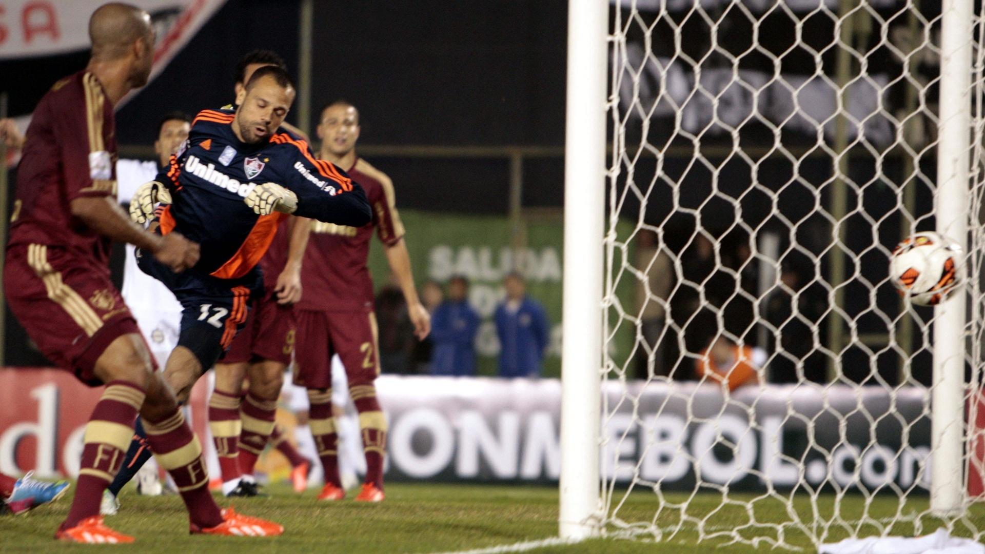 29.05.2013 - Diego Cavalieri se estica, mas não consegue evitar o gol do Olimpia na falta cobrada por Salgueiro