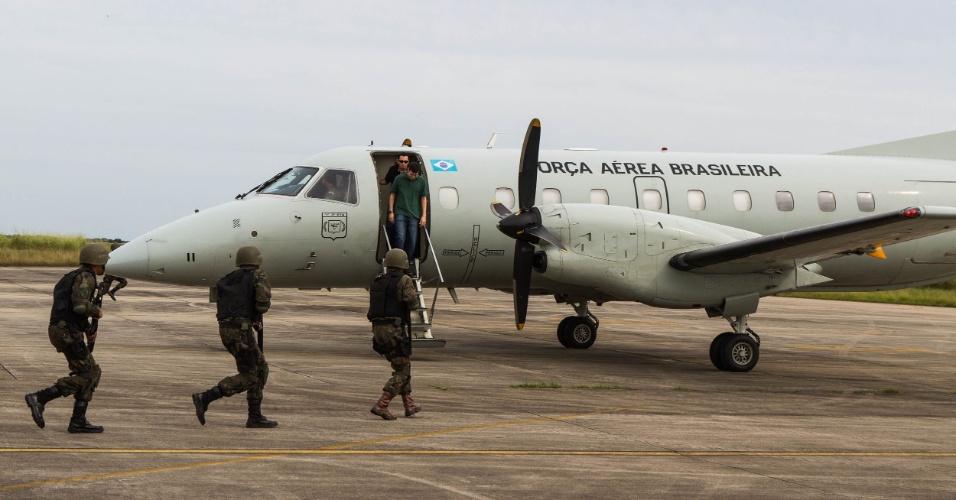 Após ser conduzida ao solo pelos caças da FAB, aeronave não identificada e sua tripulação são abordados por tropa de infantaria da Aeronáutica, em exercício militar