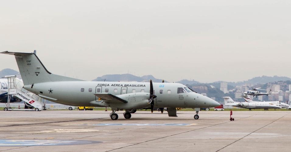 Avião C-97 Brasília se prepara para decolar para exercício da Força Aérea de interceptação de aeronave no ar