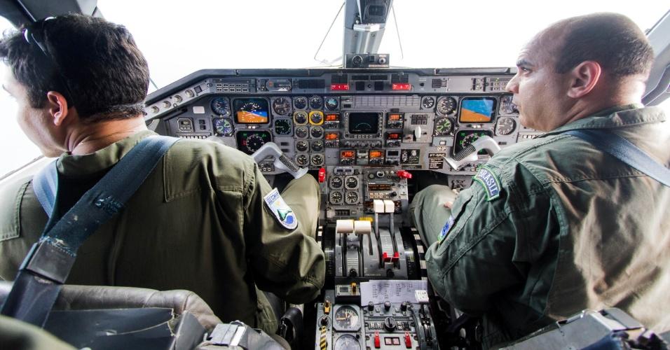 Cabine de comando do C-97 Brasília, que fez o papel de aeronave não identificada em exercício da Força Aérea