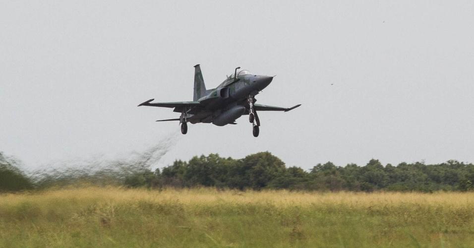 Caça F5M decola para interceptar aeronave não identificada, em exercício da FAB, no Rio de Janeiro