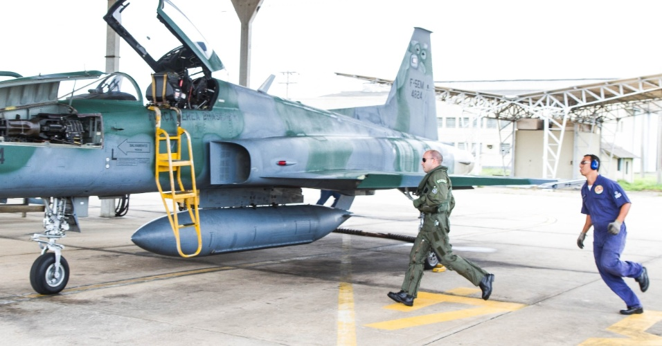 Caça F5M em alerta de decolagem rápida; piloto corre para o cockpit após o soar do alarme