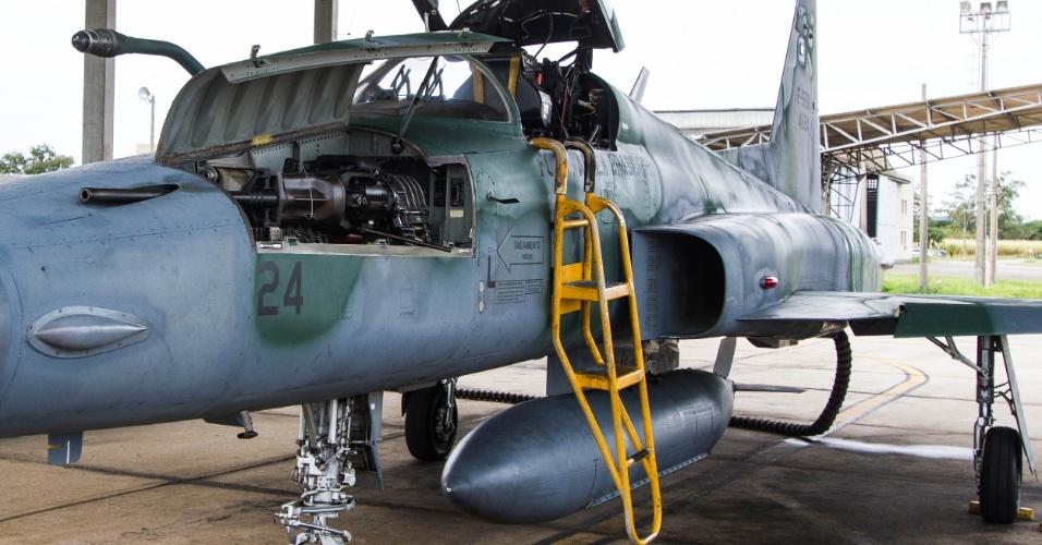 Caça F5M em alerta de decolagem rápida. Pode-se ver o canhão Pontiac 20mm municiado e pronto para ser armado