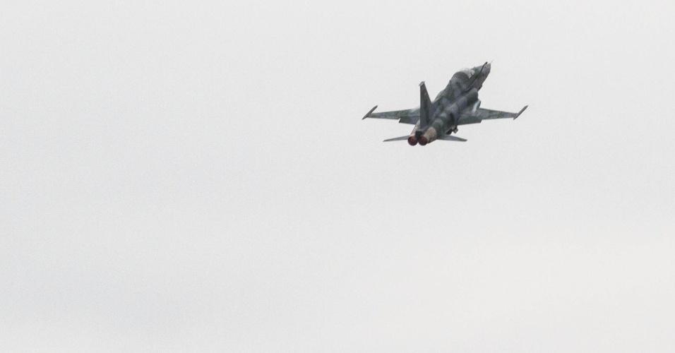Caça F5M parte para interceptar aeronave não identificada, em exercício da FAB, no Rio de Janeiro