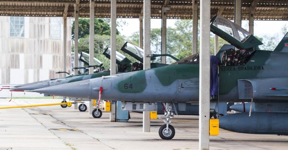 Caças F5M em base militar no Rio de Janeiro