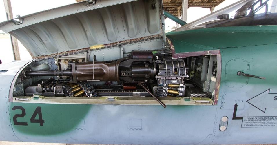 Canhão Pontiac 20mm do caça F5M, municiado e pronto para ser armado