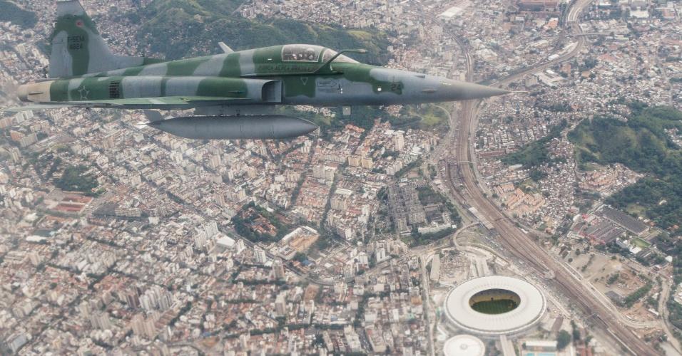 Com o Maracanã abaixo, o caça F5M se aproxima de aeronave não identificada para dominar a situação, em exercício da FAB