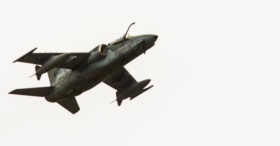 Jato de ataque ao solo, o AMX faz passagem baixa sobre a pista da base de Santa Cruz, no Rio de Janeiro, em exercício da FAB