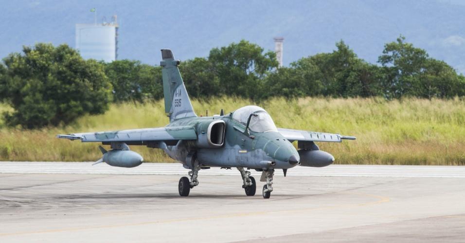 Jato de ataque ao solo, o AMX taxia na base aérea de Santa Cruz, no Rio de Janeiro