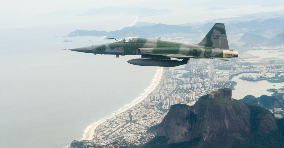 No céu do Rio de Janeiro, caça F5M conduz aeronave não identificada para pouso em base militar, em exercício da FAB