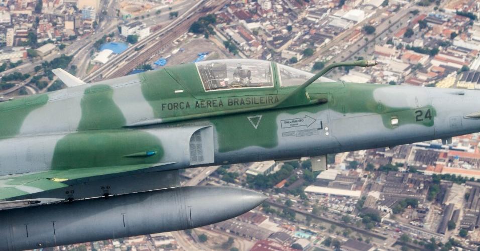 No céu do Rio de Janeiro, caça F5M se aproxima de aeronave não identificada para dominar a situação, em exercício da FAB