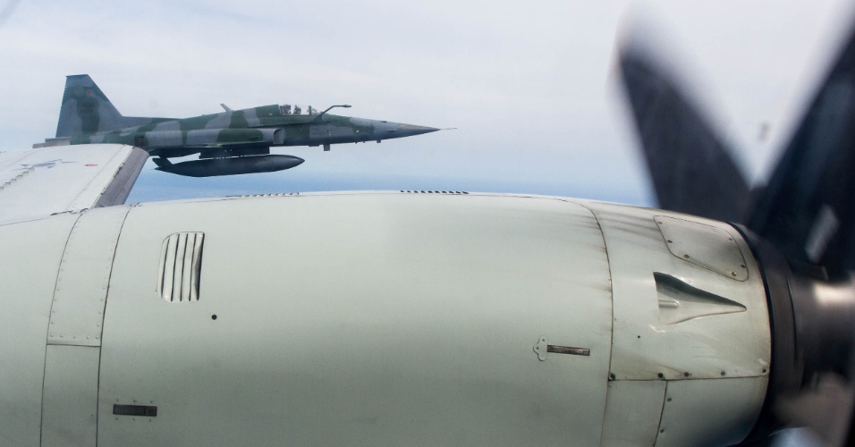 No exercício da FAB, o caça F5M se aproxima de aeronave não identificada para dominar a situação