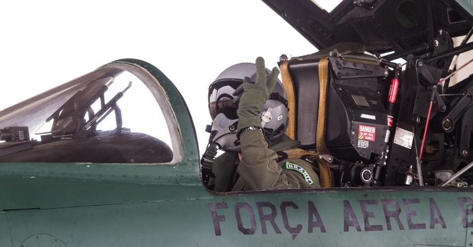 Piloto no caça F5M pronto para decolar, em exercício da FAB, no Rio de Janeiro